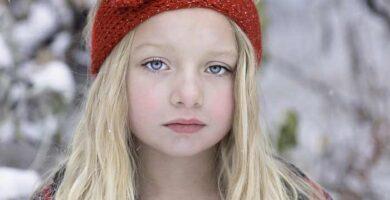 niña con diadema de invierno